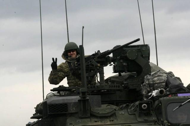 """Rajd Dragonów na """"trójce"""" pod Legnicą. Żołnierze pozdrawiali mieszkańców, których spotkali na swojej drodze"""