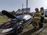 Zderzenie na Nawojowskiej w Nowym Saczu. Kierowca volkswagena w szpitalu. Peugeot poza drogą [ZDJĘCIA]