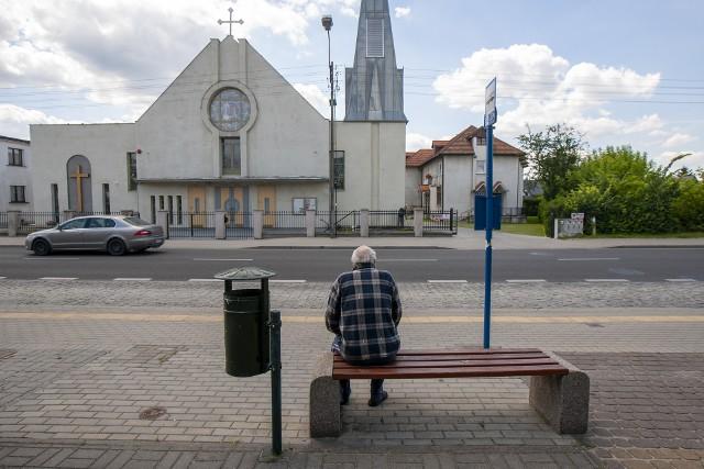 Przystanek Saperów - Zakątek naprzeciwko kościoła Niepokalanego Poczęcia NMP. - Mieszkańcy proszą o zamontowanie tu choćby daszku, bo wielu ludzi czeka na przystanku w kierunku Piasków po mszach bez osłony - zgłosiła nam nasza Czytelniczka.