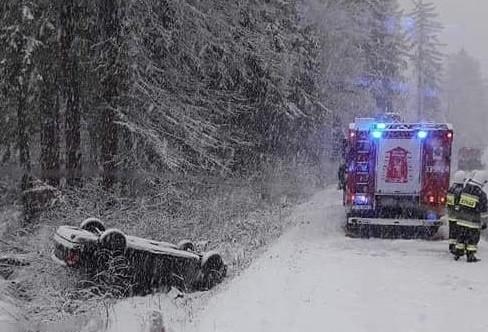 W sobotę na drodze wojewódzkiej nr 205 między Polanowem a Żydowem dachowało auto osobowe. Kierowcy nic poważnego się nie stało. Sam wydostał się z pojazdu.