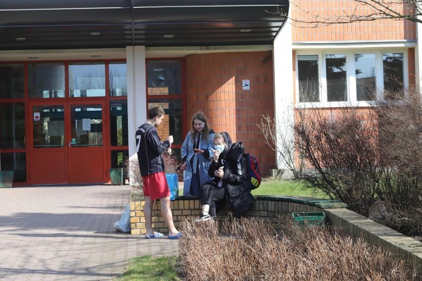 """Na zdjęciu scenka sprzed łódzkiego akademika """"Wieża Babel"""" z wtorku (17 marca). Pandemia sparaliżowała międzynarodowe programy wymiany studentów – także z udziałem łódzkich uczelni.>>> Czytaj więcej na kolejnym slajdzie >>>"""