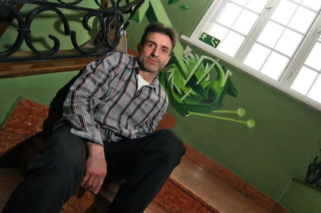 Mirosław Guzowski oprócz tego, że jest aktorem teatralnym i filmowym, od wielu lat zajmuje się również dubbingowaniem. Obecnie użycza głosu Jokerowi