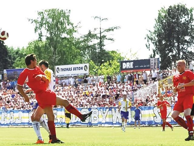 Elblążanie przybyli na mecz z Sokołem (czerwone stroje) mieli świętować awans. Sokółczanie popsuli nastrój i ku zaskoczeniu miejscowych zremisowali
