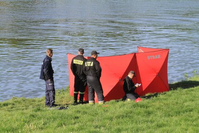 Na miejscu szybko pojawili się policjanci, a także strażacy, którzy wyłowili ciało mężczyzny w średnim wieku