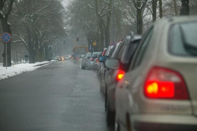 Kierowcy twierdzą, że jeśli nie da rady zupełnie wyłączyć świateł, to powinno się przynajmniej ustawić zielone na Wojska Polskiego na dłużej.