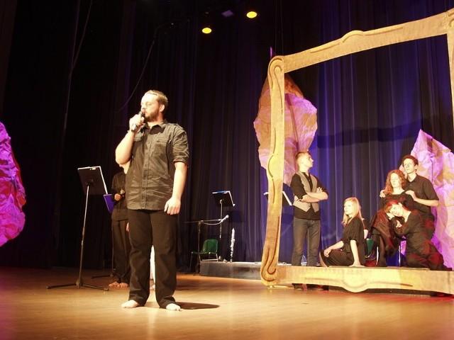 Artyści na scenie podczas koncertu piosenek Jacka Kaczmarskiego.