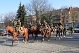 """Piknik wojskowy """"Służymy Niepodległej"""" w Brzegu. Były pokazy wojskowe i inscenizacje [ZDJĘCIA]"""
