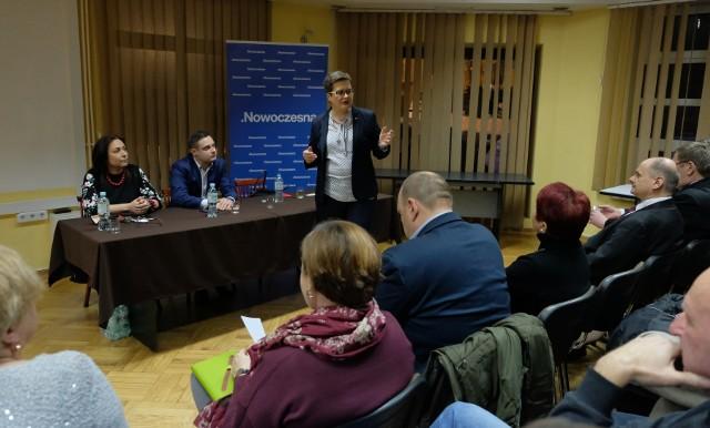 Nowoczesna szykuje się do listopadowych wyborów samorządowych. W spotkania z wyborcami zaangażowała się także przewodnicząca Nowoczesnej, Katarzyna Lubnauer. W poniedziałek odwiedziła Przemyśl.- Nowoczesna mocno przygotowuje się do tegorocznych wyborów samorządowych. Ich wynik zadecyduje o naszej Polsce lokalnej. To też szansa, by zatrzymać PiS i jego natarcie w całym kraju.  Wiem, że jesteśmy w stanie to zrobić - uważa szefowa Nowoczesnej. PRZECZYTAJ TEŻ: Katarzyna Lubnauer w Rzeszowie: jeśli prezydent Tadeusz Ferenc wystartuje, poprzemy go