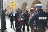 Kilkudziesięciu przeciwników noszenia maseczek zebrało się pod opolskim ratuszem. Policja skierowała wnioski do sądu