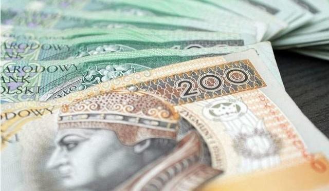 Narodowy Bank Polski przygotował prognozy dotyczące wzrostu wynagrodzeń w Polsce w roku 2021 i 2022. W swoim najnowszym raporcie NBP przedstawił także projekcję inflacji, wzrostu PKB, liczbę zatrudnionych i stopę bezrobocia. Poznajcie szczegóły!Czytaj dalej. Przesuwaj zdjęcia w prawo - naciśnij strzałkę lub przycisk NASTĘPNEPOLECAMY TAKŻE: Dodatkowe 200 zł dla seniorów. Rząd szykuje nowy dodatek do emerytur