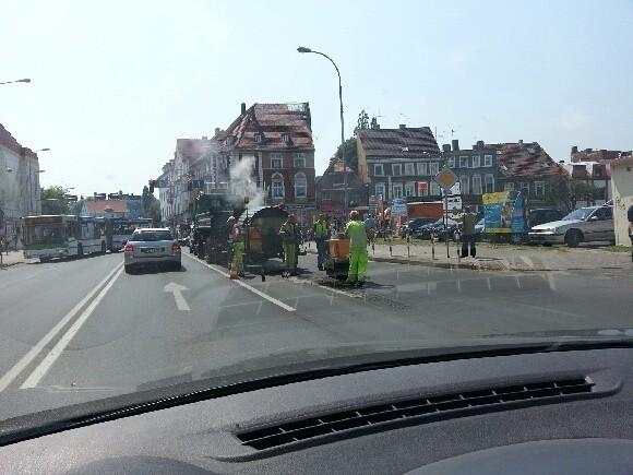 Drogowcy naprawiają jezdnię w centrum Zielonej Góry.