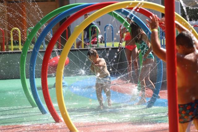 Zabawa na wodnym placu zabaw w Siemianowicach Śląskich.Zobacz kolejne zdjęcia/plansze. Przesuwaj zdjęcia w prawo - naciśnij strzałkę lub przycisk NASTĘPNE