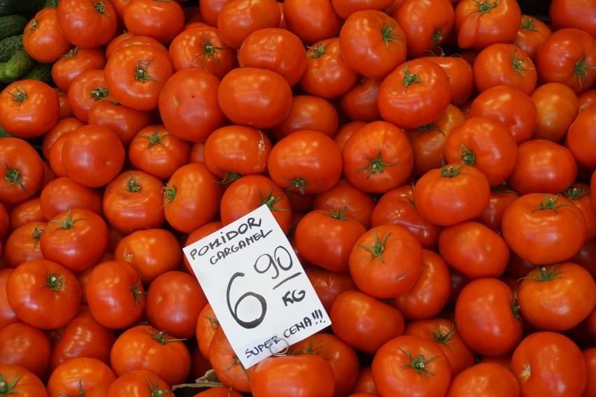 Stragany pełne warzyw i owoców - rynek przy ul. Armii...