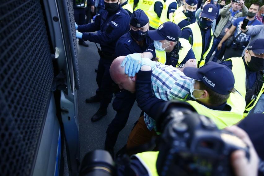 Strajk przedsiębiorców w Warszawie 8 maja [zdjęcia] Manifestanci otoczeni przez policję. Paweł Tanajno: Nie dajcie się wystraszyć mandatami