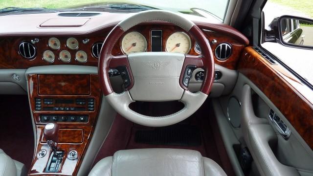 Najbogatsi chętnie kupują luksusowe auta, do których można zaliczyć takie marki, jak m.in. Bentley, Lamborghini, Maserati, Ferrari czy Rolls-Royce, a także premium, np. Mercedes, BMW, Audi, Volvo czy Tesla. Ale samochody to nie wszystko.