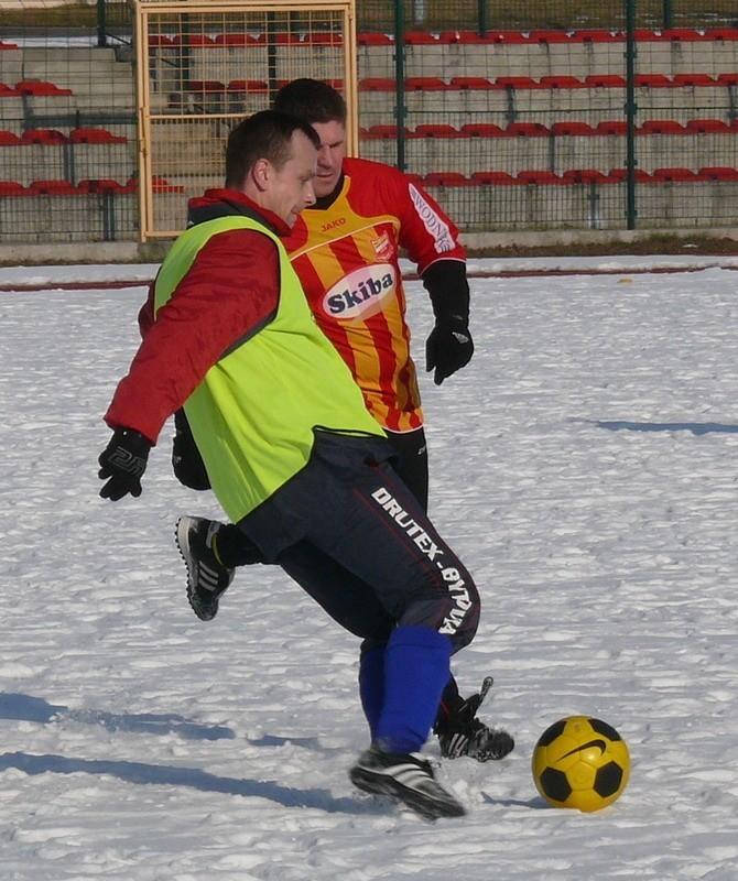 Uderza piłkę Dariusz Kasperowicz.
