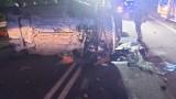 Wypadek w Chłapowie. Samochód uderzył w barierę energochłonną i przewrócił się na bok. Za kierownicą 19-latek. Ranne 2 osoby!