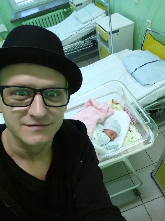 Piotr Restecki z córeczką. Nel przyszła na świat w poniedziałek 18 grudnia.