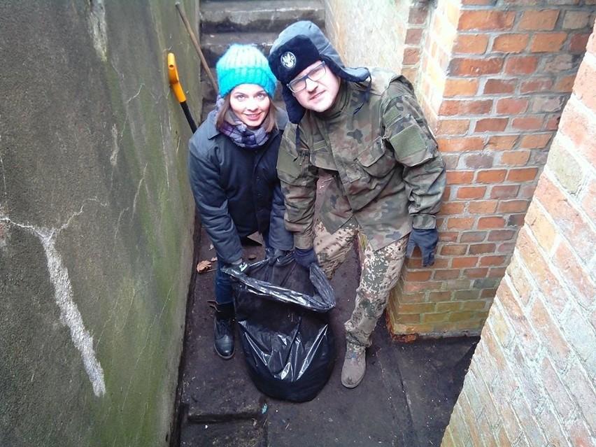 Marcin Nowakowski na własną rękę, ochotniczo, zbiera śmieci z terenu Sołacza i przekazuje Zieleni Miejskiej