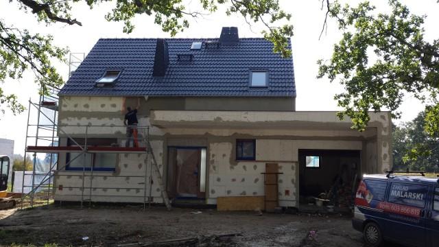 Robotnicy zakończyli już ocieplanie styropianem ścian zewnętrznych naszego domu i zaczęli kłaść na nich tynki.