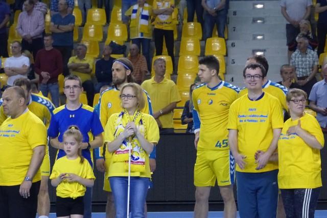 Osoby niepełnosprawne wyprowadziły na parkiet szczypiornistów PGE VIVE Kielce.
