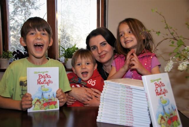 """""""Bajka Powitajka"""" – wspaniała książka dla dzieci w każdym wieku. Na rodzinnym zdjęciu: Joanna Turakiewicz-Pietras ze swoimi pociechami"""