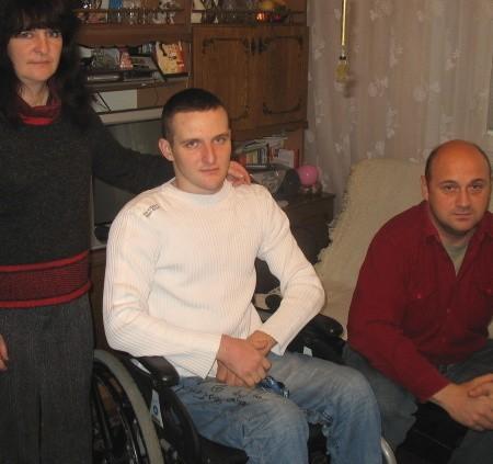 Barbara Malek marzy o tym, by jej niepełnosprawny syn mógł wreszcie sam wychodzić z domu. W walce o to pomaga jej rodzinie sąsiad Robert Gąsiorek.