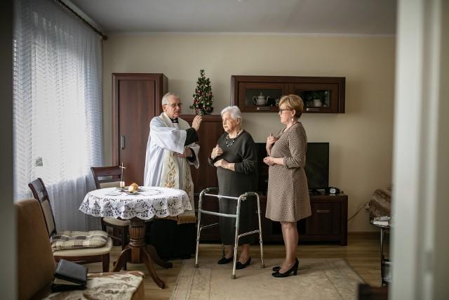 Ksiądz Ryszard Pruczkowski nie miał w zeszłym roku żadnych problemów z dotarciem do wiernych na kolędę. W tym roku wizyty duszpasterskie nie są już takie oczywiste.
