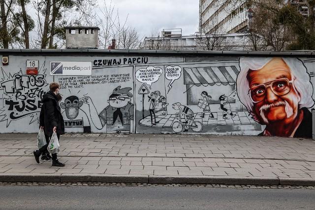 W Gdańsku powstał mural upamiętniający Papcia Chmiela i jego kultowy komiks. Zobacz zdjęcia >>>