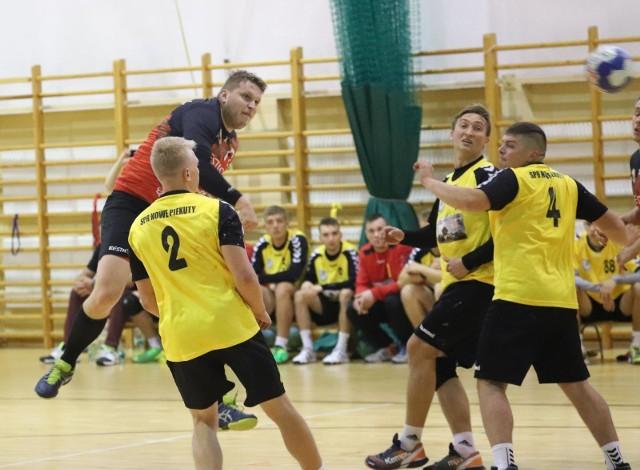 SPR Nowe Piekuty (żółte koszulki) na początek rozgrywek II ligi wygrał dwa mecze