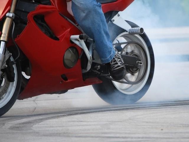Pijany motocyklista stracił panowanie nad maszyną i się wywrócił
