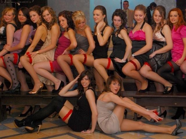 Każda dziewczyna musiała założyć czerwoną podwiązkę. Przynajmniej do zdjęcia.