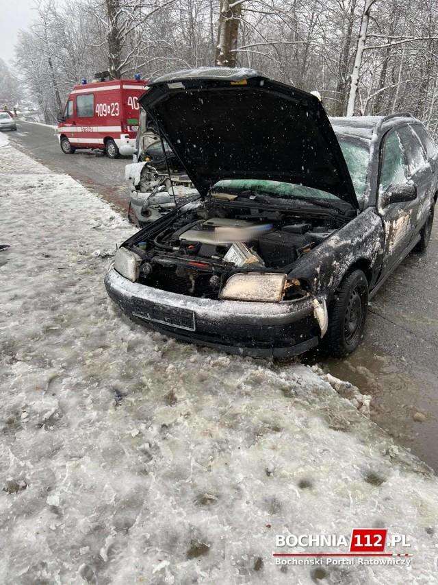 Wypadek na śliskiej nawierzchni w Starym Wiśniczu, jedna osoba została ranna, 14.04.2021