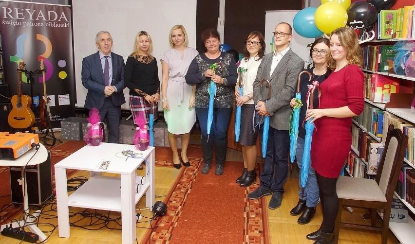 Doborowa załoga kazimierskiej Biblioteki Publicznej - na zdjęciu z burmistrzem Adamem Bodziochem (pierwszy z lewej) - przygotowała grudniowe święto patrona: REYADĘ 2018.