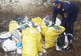 Azbest i gruz porzucone nad rzeką Sufraganiec w Kielcach. Sprawca została namierzony przez Straż Miejską. Zobaczcie zdjęcia