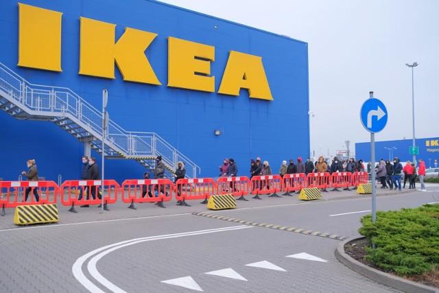 Takich okazji nie było od dawna! Sklep IKEA wyprzedaje ostatnie sztuki asortymentu. Ceny wielu produktów zostały obniżone nawet do 5 zł. Takiej promocji nie możecie przegapić. Niektóre ceny spadły z 200 zł do 20 zł! Taniej kupicie akcesoria łazienkowe, oświetlenie, dekoracje, naczynia i wiele innych. Spieszcie się jednak, bo to ostatnie sztuki. Z każdym dniem jest ich w magazynach  coraz mniej. Sprawdźcie, co kupicie za grosze w sklepie IKEA. Wybraliśmy dla Was najciekawsze promocje. Czytaj dalej. Przesuwaj zdjęcia w prawo - naciśnij strzałkę lub przycisk NASTĘPNE