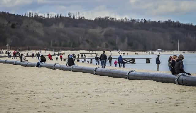 Od kilku dni w Sopocie na plaży widać rurę refulacyjną