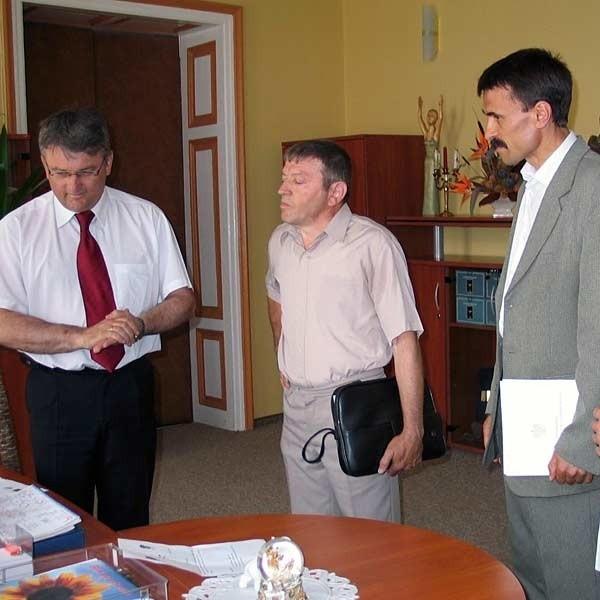 Z lewej: burmistrz Wojciech Blecharczyk, w środku: prezes Sokoła Bronisław Kielar, z prawej: poseł Marian Daszyk.
