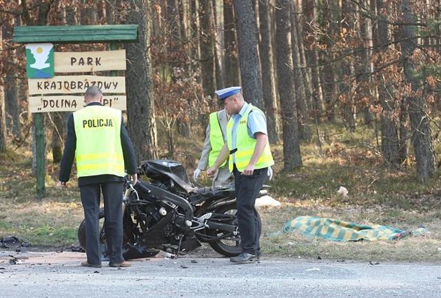 Do tragedii doszlo na drodze wojewódzkiej nr 210 niedaleko Debnicy Kaszubskiej. Zginąl 30-letni motocyklista i 60-letni kierowca opla vectry. Zawinila nadmierna predkośc.