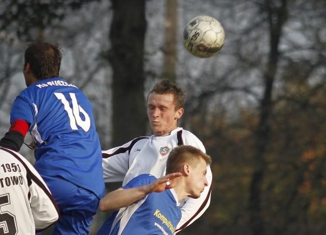 Piłkarze Puszczy Hajnówka (niebieskie stroje) jesienią byli rewelacją rozgrywek IV ligi. Wiosną chcą podtrzymać podobne miano.