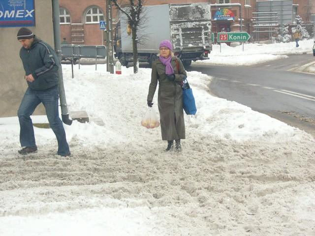 Łatwo nie mają piesi, którzy muszą brnąć w śniegu