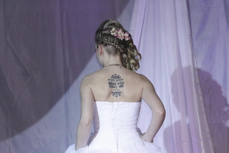 W dniu ślubu, po ceremonii, para odebrała akt małżeństwa,...