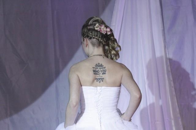 W dniu ślubu, po ceremonii, para odebrała akt małżeństwa, wypiła z gośćmi szampana i przyszedł moment na zrobienie pamiątkowych zdjęć