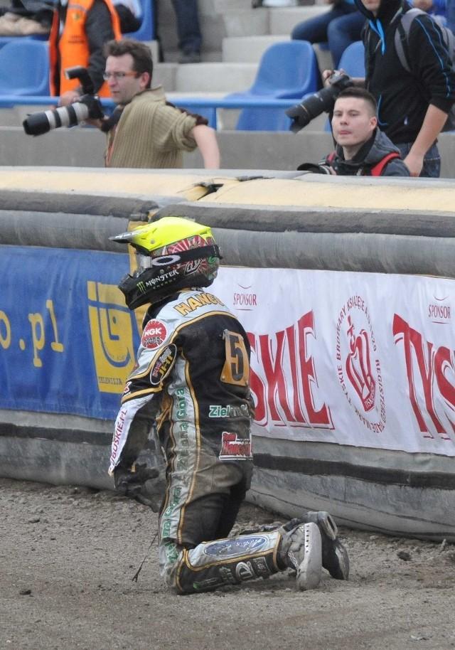 Greg Hancock na kolanach po upadku w IV wyścigu. Klęknął nie tylko Amerykanin, ale cały zespół, który po kilku strzałach już się nie podniósł.
