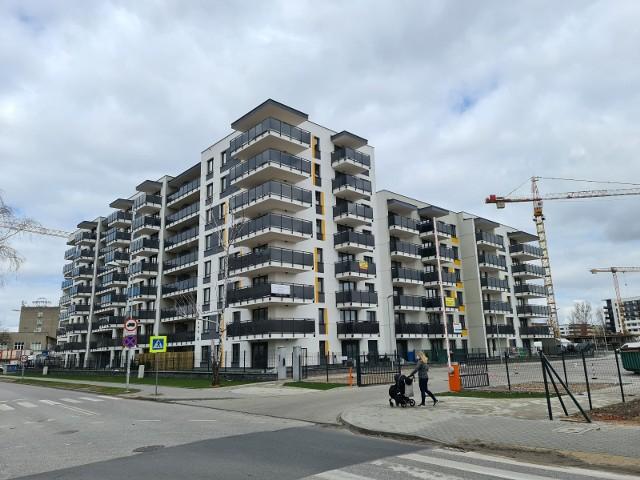 Osiedle JAR - tam niewątpliwie buduje się obecnie najwięcej mieszkań w Toruniu. Poza tym nowoczesne bloki powstają na lewobrzeżu, przy ul. Strzałowej oraz Okólnej. Nadal można też kupować mieszkania w nowo powstałych budynkach na terenie dawnego Tormięsu. Najszybciej w Toruniu wyprzedają się oczywiście kawalerki. Zobaczcie, gdzie jeszcze w Grodzie Kopernika można kupić nowe mieszkania i za ile. Oto ceny i lokalizacje. Czytaj dalej. Przesuwaj zdjęcia w prawo - naciśnij strzałkę lub przycisk NASTĘPNE
