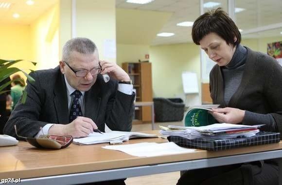 Roman Giedrojć i Jolanta Matyjasik podczas dyżuru w redakcji.