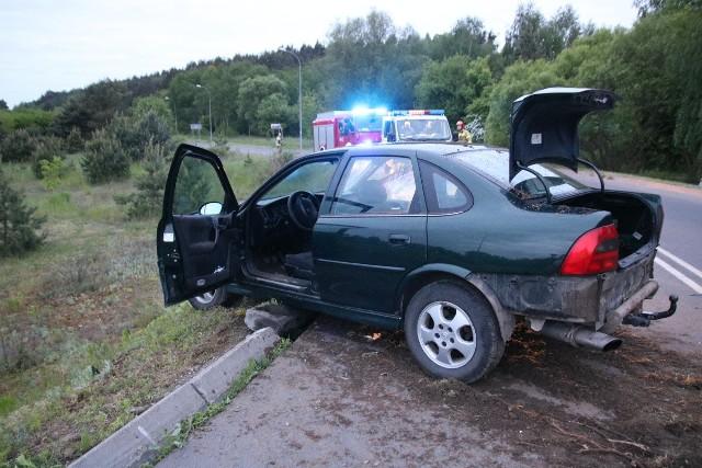 24-letni kierowca opla vectry nie dostosował prędkości do warunków drogowych, stracił panowanie nad pojazdem i uderzył w przydrożną latarnię