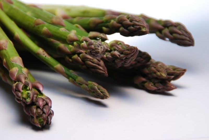 Szparagi świetnie smakują same, gotowane w wodzie lub na...