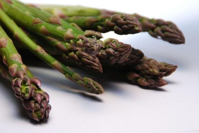 Szparagi świetnie smakują same, gotowane w wodzie lub na parze.