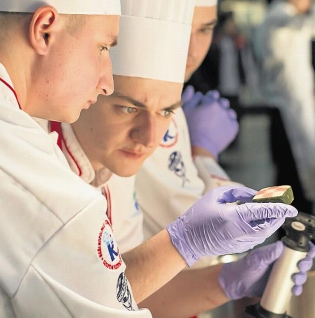 Konrad Kuzyka w skupieniu przygotowuje jedno z dań, które wywalczyło brązowy medal